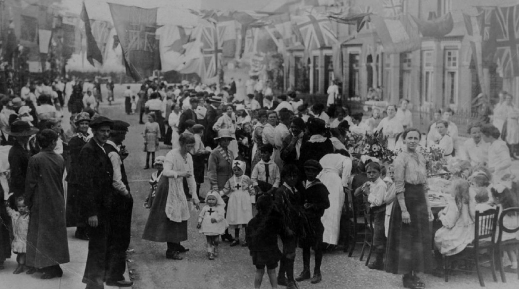 People in Hull hold a street party to celebrate the end of the war. (c) Hull Museums.