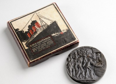 Medal struck to commemorate the sinking of the Lusitania by a German submarine. (c) Hull Museums.