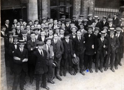New recruits to the 10th Battalion East Yorkshire Regiment (the Hull Commercials) outside Walton Street barracks. (c) Hull Museums.